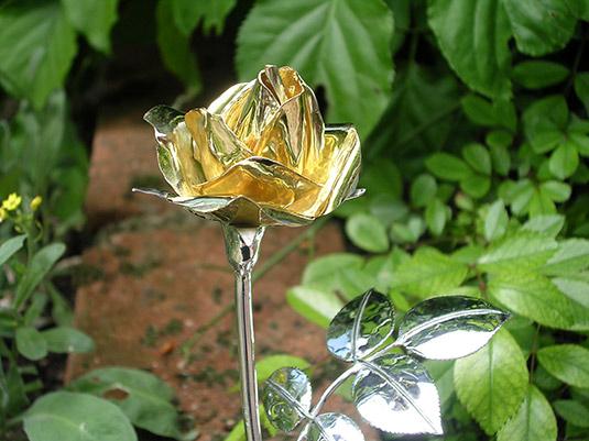 cr ation d objet sur mesure une rose en or et argent. Black Bedroom Furniture Sets. Home Design Ideas