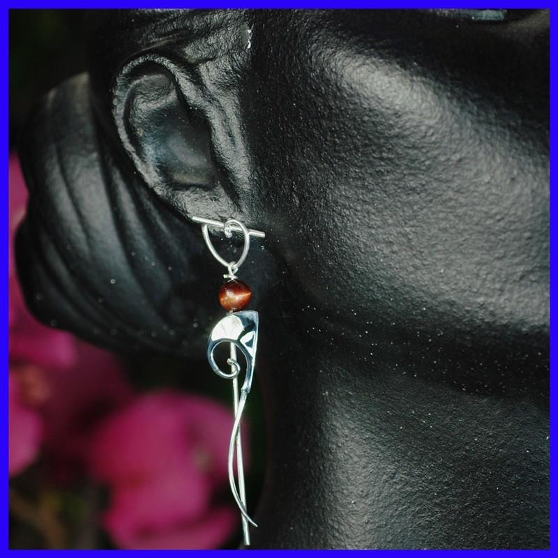 ec887d213ff87 Fines boucles d'oreilles pendantes en argent et ornées d'un perle Œil de  Tigre. Bijoux fantaisies faits à la main par un artisan d'art.